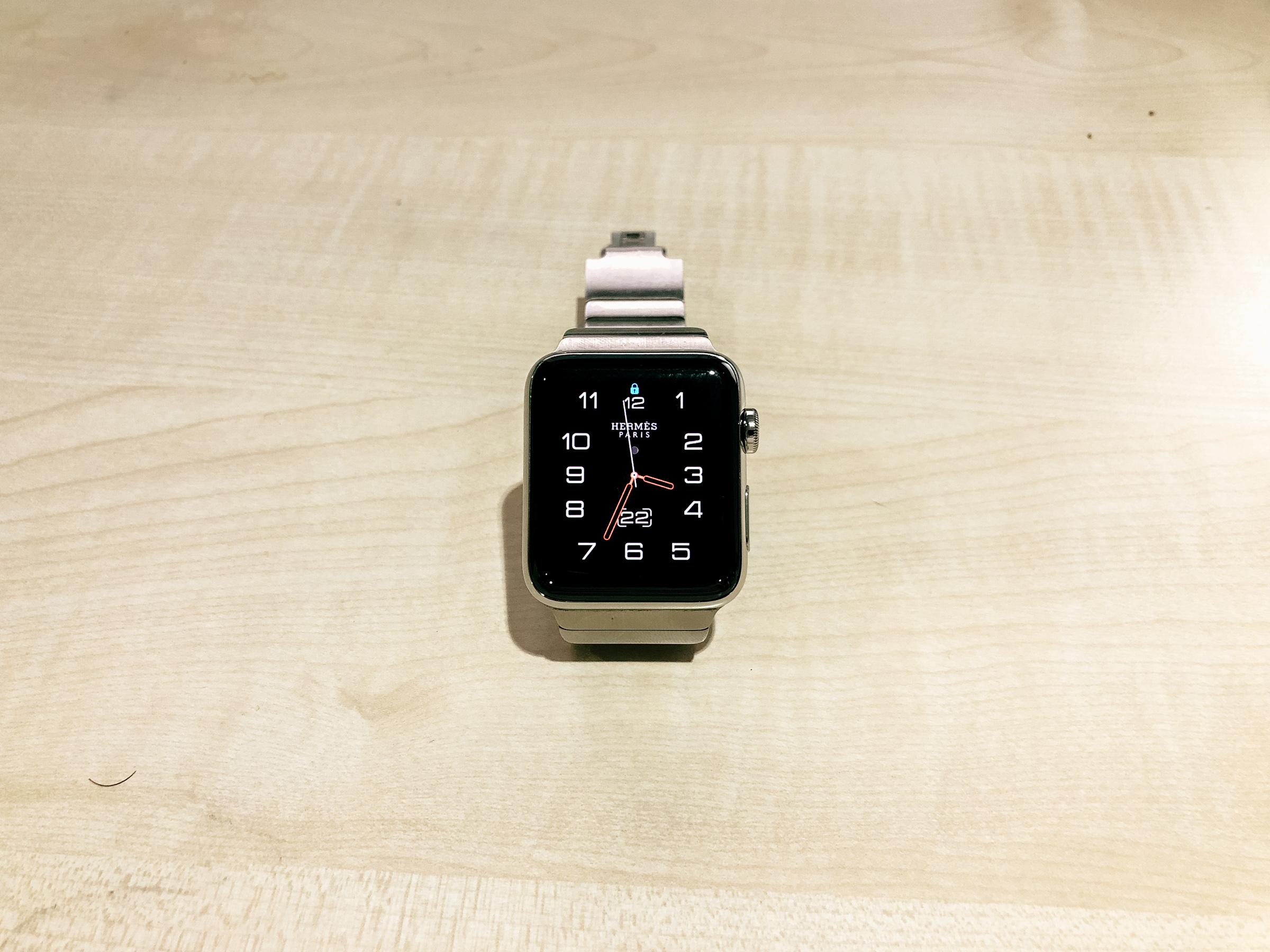 Apple Watch Hermès ステンレススチールケースとヴォー・バレニア(フォーヴ)シンプルトゥールレザーストラップ